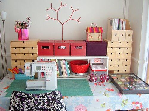 Швейная машинка и принадлежности для шитья.