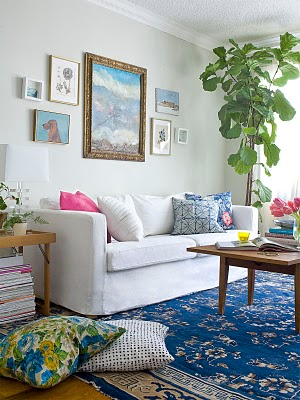 ecclectic-living-room-fiddle-leaf-fig-white-couch-blue-rug
